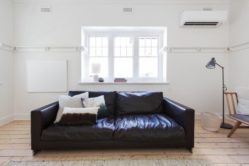 Löschen Sie gestaltete Kunst im zeitgenössischen angeredeten Innenwohnzimmer stockfotografie