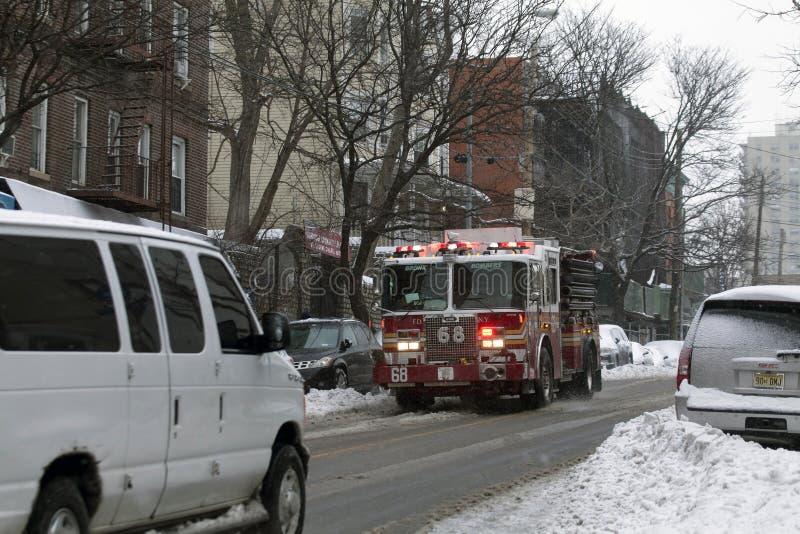 Löschfahrzeug während des Schneesturms im Bronx lizenzfreie stockfotografie