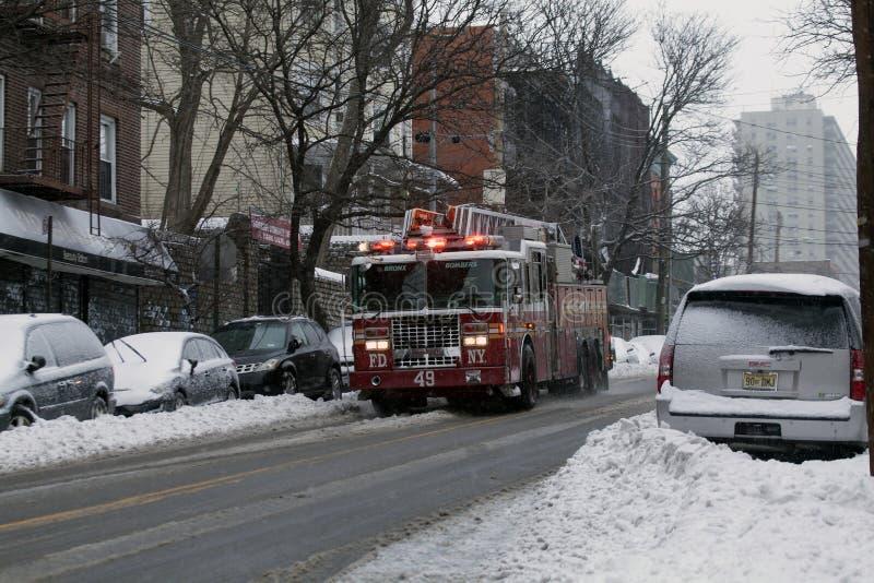 Löschfahrzeug während des Schneesturms im Bronx stockfoto