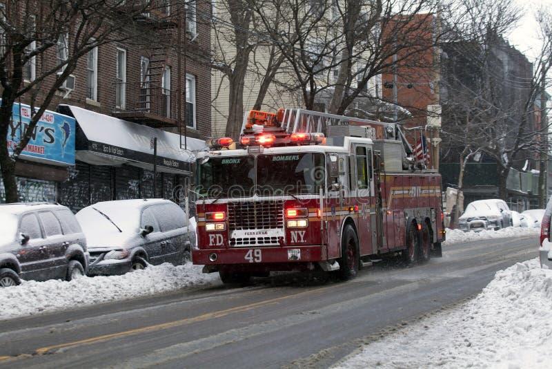 Löschfahrzeug während des Schneesturms im Bronx stockbilder