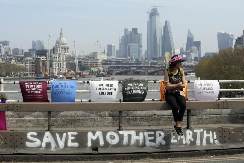 Löschungsaufstandsprotest-Waterloo-Brücke London stockfotos