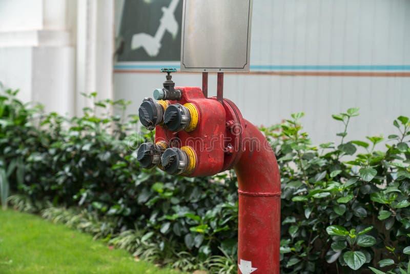 Löschwasser-Hydrant außerhalb der Wohnung Feuerausrüstung im Freien stockbilder
