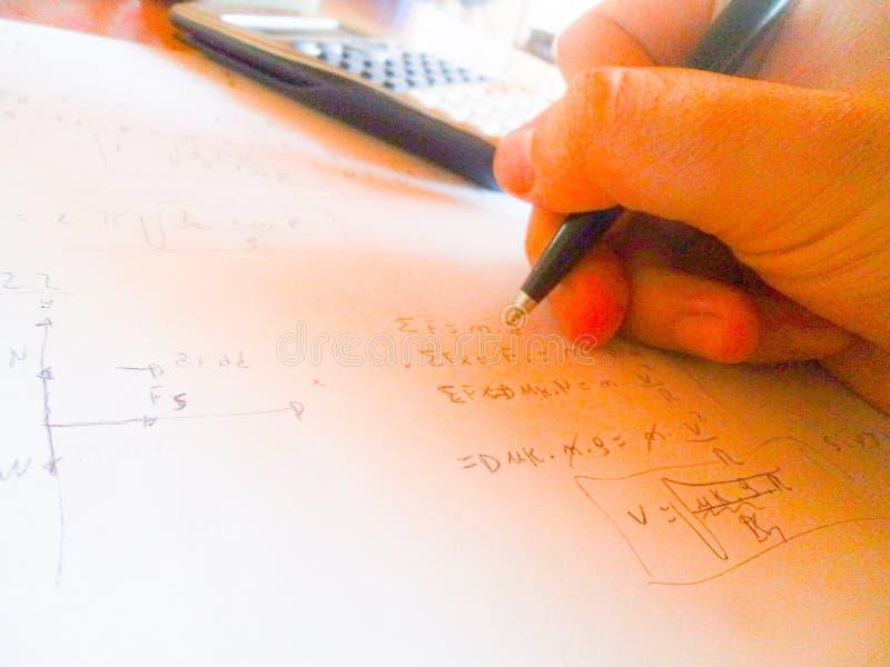 Lösen von Physikübungen Newtongesetze lizenzfreie stockfotografie