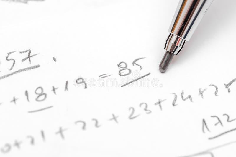 Lösender Algebra-Gleichungs-Test stockbilder