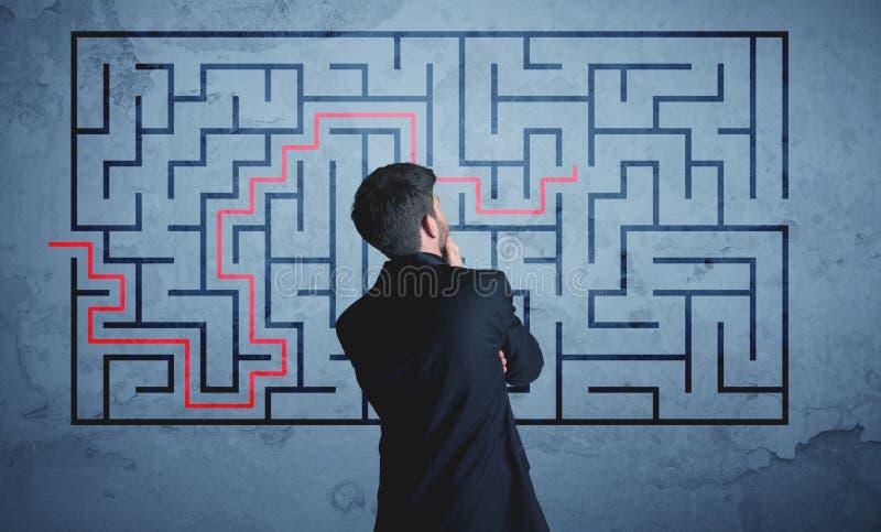Lösning av en labyrint arkivbilder