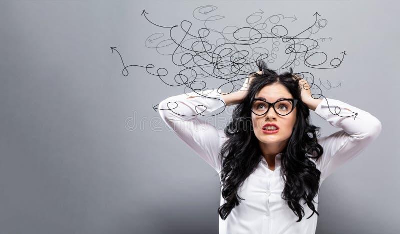 Lösning av ett problembegrepp med den stressade affärskvinnan royaltyfria foton