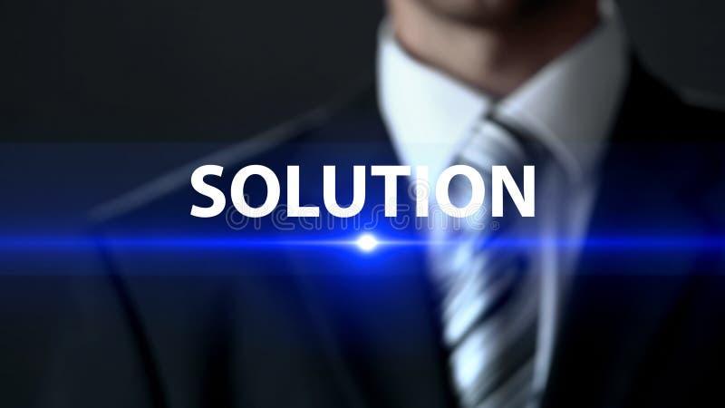Lösning manlig bärande affärsdräkt som framme står av skärmen, tangent till problemet royaltyfria foton