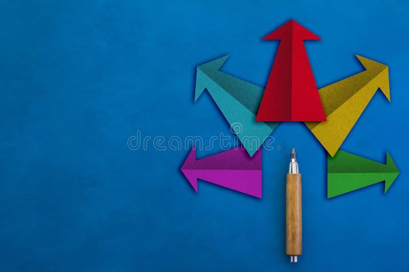 Lösningsidébegrepp med färgrik pilpappersform royaltyfria foton