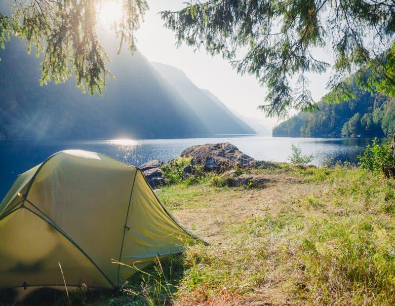 Löst campa vid en sjö i Norge arkivbild