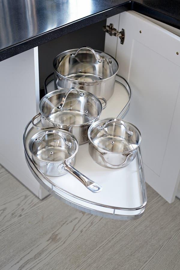 Lösung für einen Kücheneckenspeicher im Schrank stockfotos