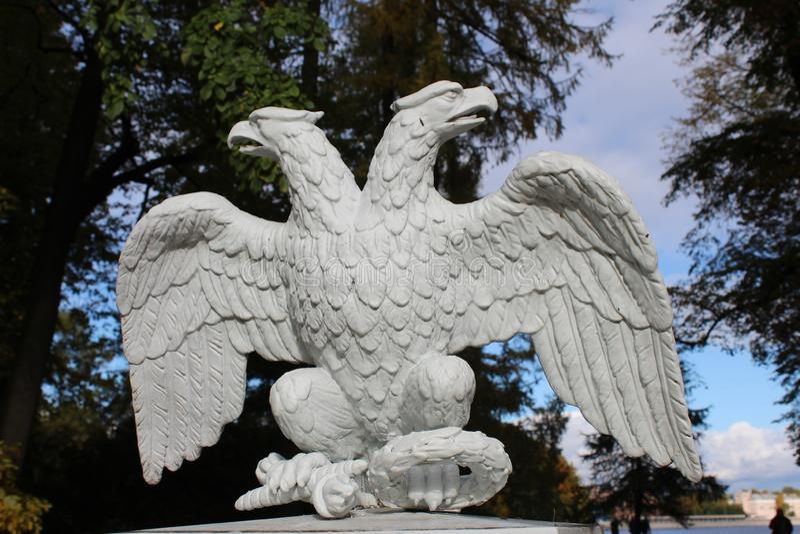 Lövsågsarbetet i form av enhövdad örn på staketet i parkerar på den Krestovsky ön royaltyfri foto