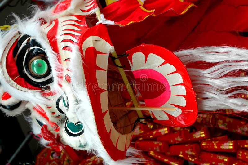 Löwe, der chinesischen Drachen tanzt stockfotos