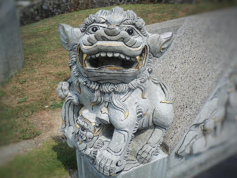 Löwe-förmige Steinstatue des Feuers stockbild