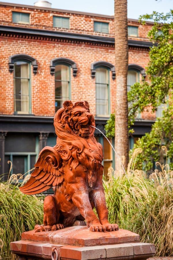 Löwe-Wasserbrunnen des Steins geflügelter in Savannah Georgia lizenzfreie stockfotos