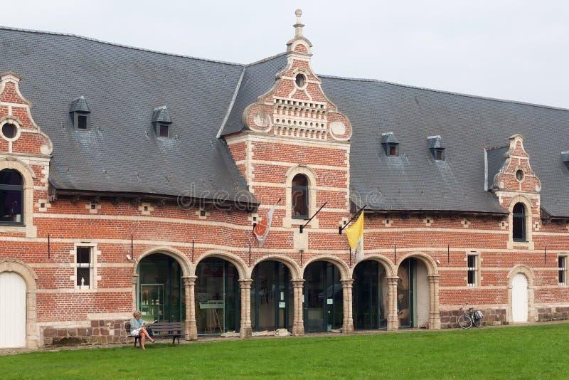 LÖWEN, BELGIEN - 5. SEPTEMBER 2014: Das historische Gebäude der Hilfe für die Kirche im Bedarf lizenzfreie stockbilder