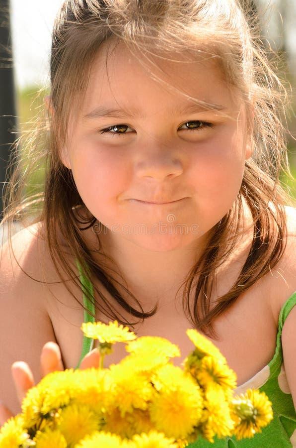 Löwenzahn-Blumenstrauß-Mädchen lizenzfreie stockfotografie