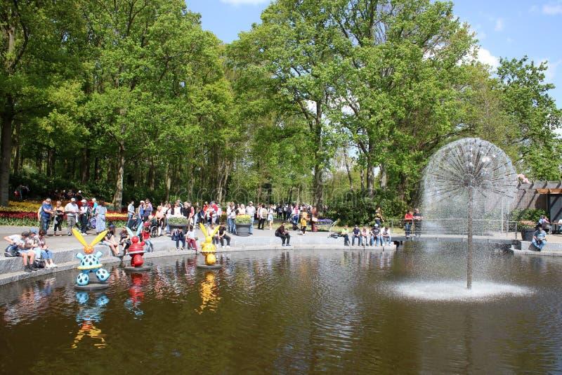 Löwenzahnbrunnen im kleinen See durch Irene-Pavillon stockbild