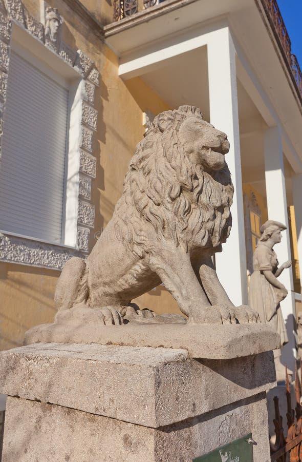 Löweskulptur von Djukanovic-Haus in Cetinje, Montenegro stockfotos