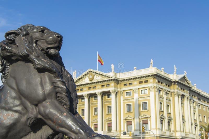 Löwestatue an der Basis des Columbus-Monuments in Barcelona stockfoto