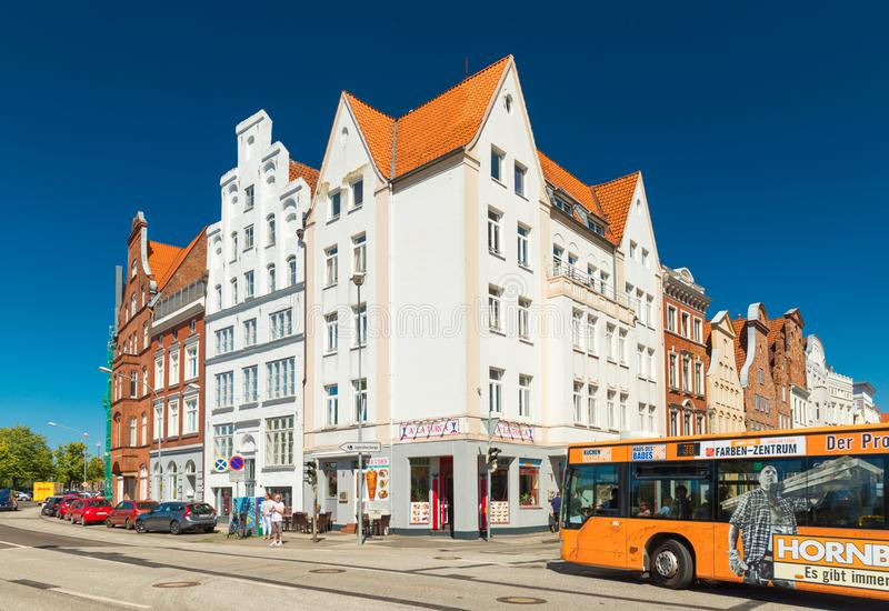 Lübeck, Duitsland: Historische gebouwen dichtbij de dijk van Lübeck royalty-vrije stock afbeelding
