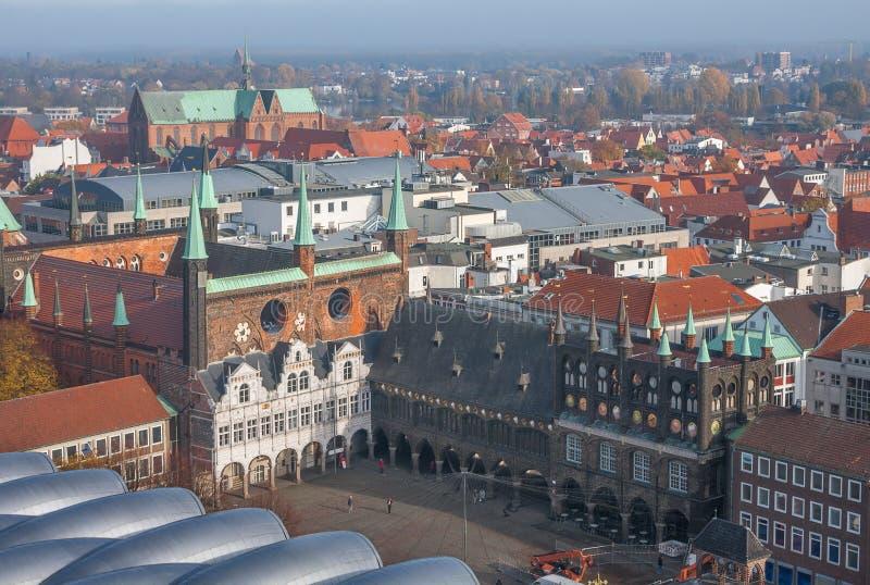 Lübeck, Duitsland Hoogste mening van oud stadhuis en marktvierkant Lucht Mening royalty-vrije stock foto