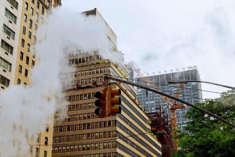 Lüften Sie Dampf, Unfall, repairhot Luft in die Straße in Midtown Manhattan lizenzfreie stockfotos