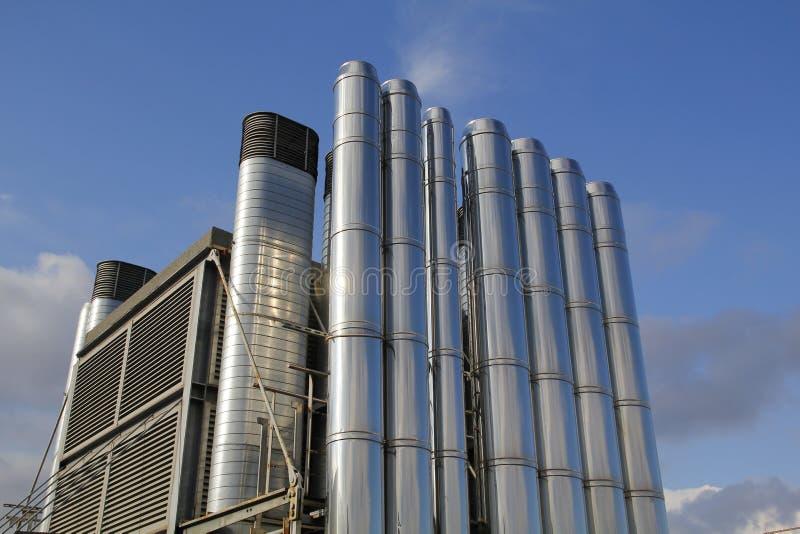 Lüftungsrohre im Stahl, in der Dachspitze eines Gebäudes stockfoto