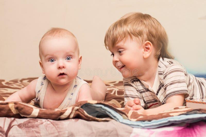 Lüge mit zwei Brüdern auf dem Bett stockbild