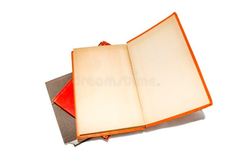 Lügen des alten Buches offen auf einem Stapel anderer alter Bücher mit gelb gefärbtem Innere des Abdeckungs- und Fliegenblattfrei stockbilder