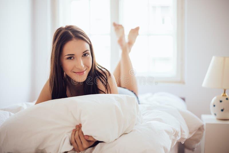 Lügen im Bett stockfoto