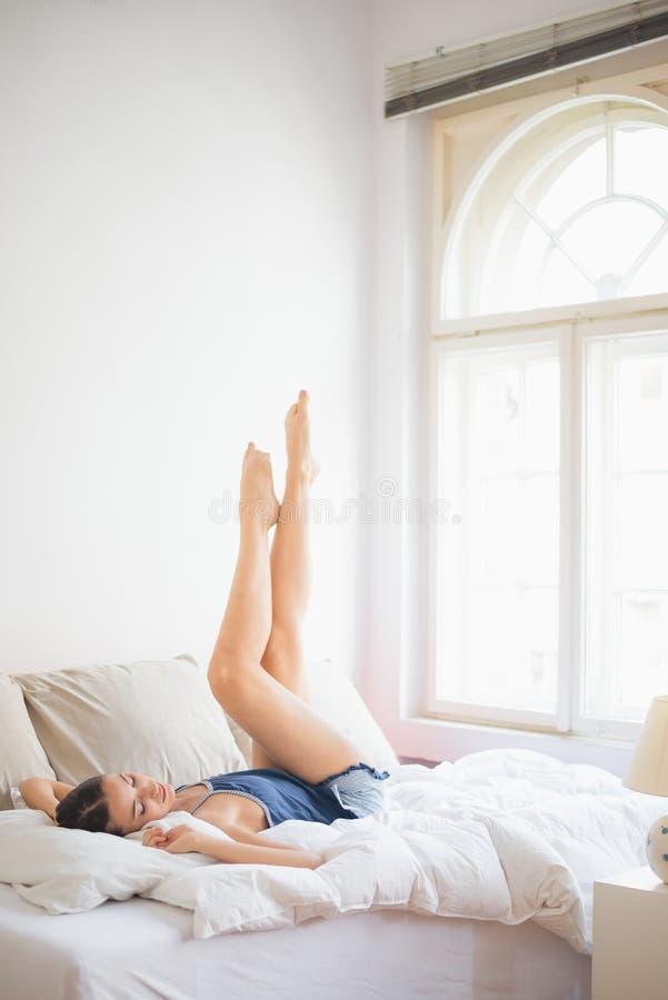 Lügen im Bett lizenzfreie stockfotografie