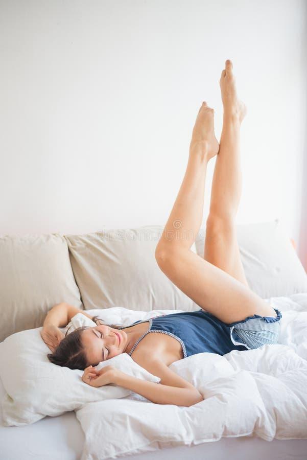 Lügen im Bett lizenzfreies stockfoto