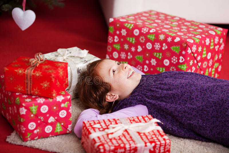 Lügenc$träumen des kleinen Mädchens des Weihnachtstages stockfotos