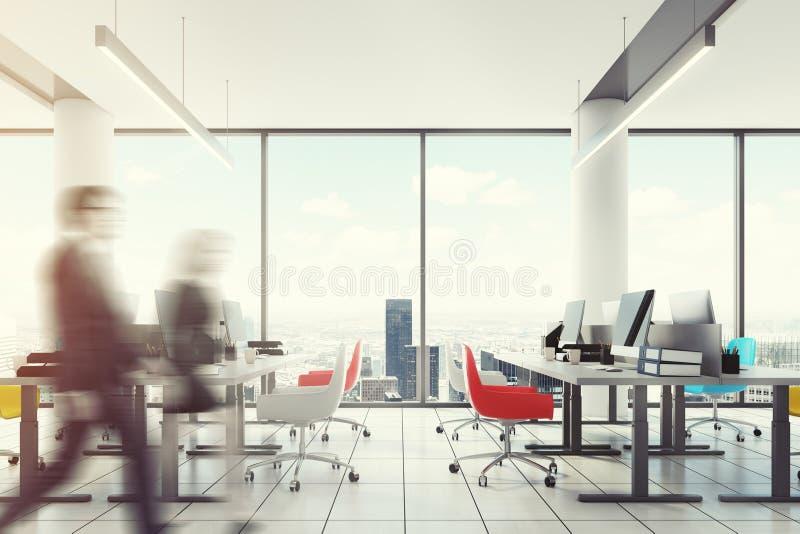 Lüpfen Sie im Stadtzentrum gelegenes Büro, farbige Stühle, Leute stockbild