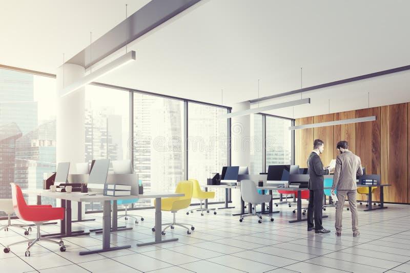 Lüpfen Sie im Stadtzentrum gelegenes Büro, farbige Stühle mit Seiten versehen, Männer stockbilder