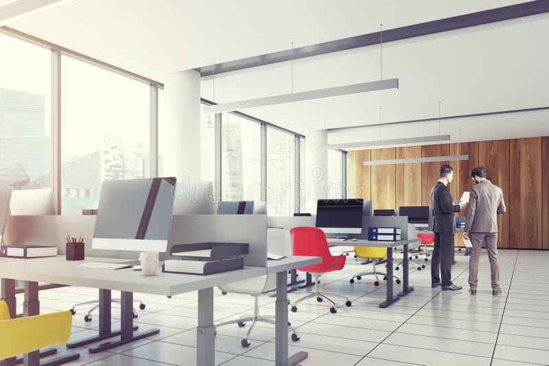 Lüpfen Sie im Stadtzentrum gelegenes Büro, farbige Stühle Nahaufnahme, Männer stockfotografie