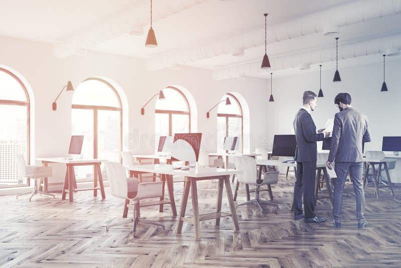 Lüpfen Sie weiße Büroecke des offenen Raumes, Holz, Männer lizenzfreie stockbilder