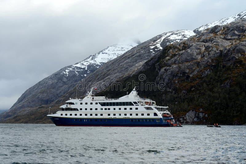 Lądowanie turyści od x22 & statku wycieczkowego; Przez Australis& x22; Nena lodowiec zdjęcia stock