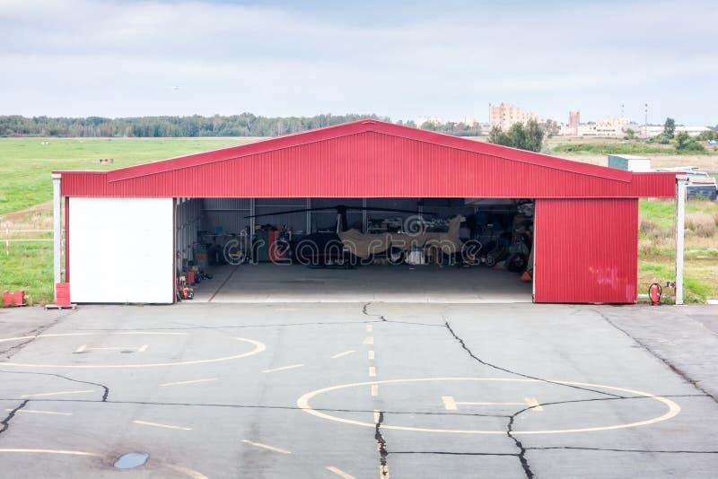 Lądowisko i otwarty hangar z helikopterem zdjęcia royalty free
