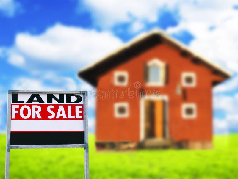 """LĄDUJE DLA sprzedaży,"""" znaka przeciw drewnianemu domowi """"- nieruchomości pojęcie obrazy royalty free"""