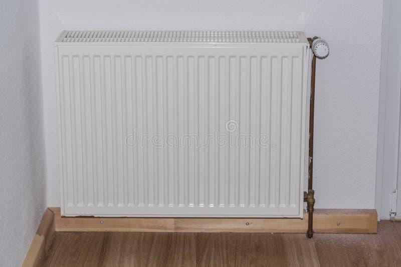 L'âge plaque le radiateur avec la vanne thermostatique photo libre de droits