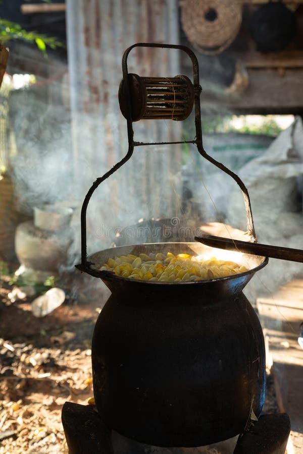 L'ébullition gloden le cocon du ver à soie dans le pot photo stock