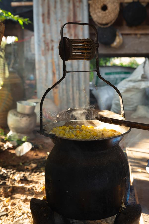 L'ébullition gloden le cocon du ver à soie dans le pot photographie stock