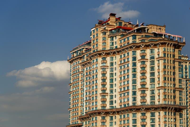 L'écarlate complexe résidentielle ayant beaucoup d'étages de ` navigue le ` photographie stock libre de droits