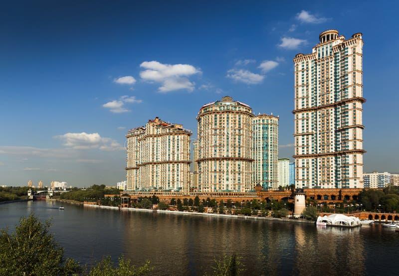 L'écarlate complexe résidentielle ayant beaucoup d'étages de ` navigue le ` photo stock