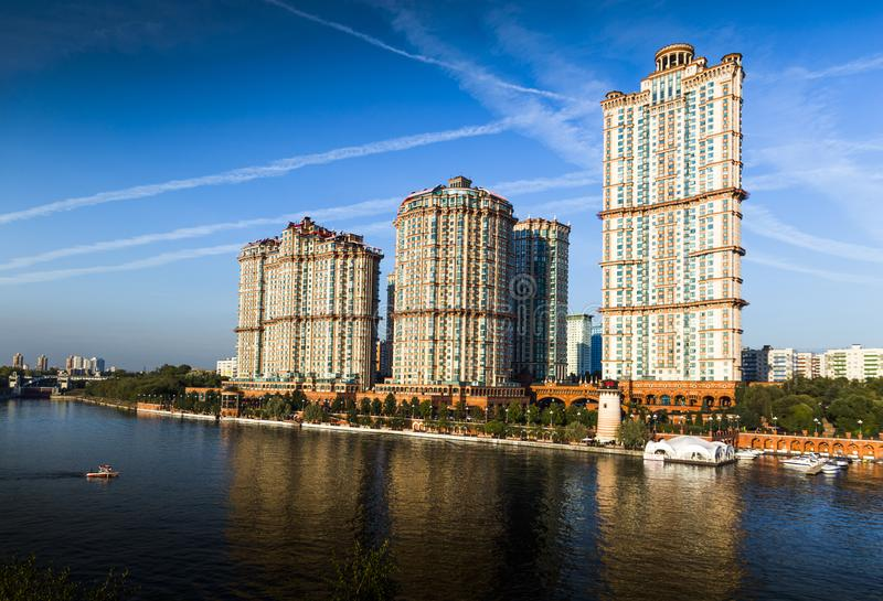 L'écarlate complexe résidentielle ayant beaucoup d'étages de ` navigue le ` images libres de droits