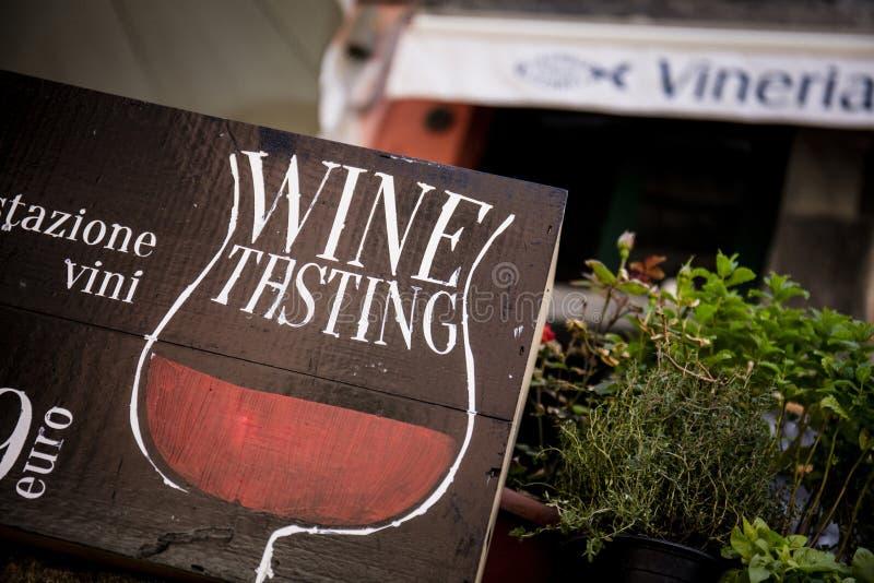 L'échantillon de vin rustique signent en Vernazza, un des villages de Cinque Terre en La Spezia, la Ligurie, Italie - 18 mai 2016 photo libre de droits