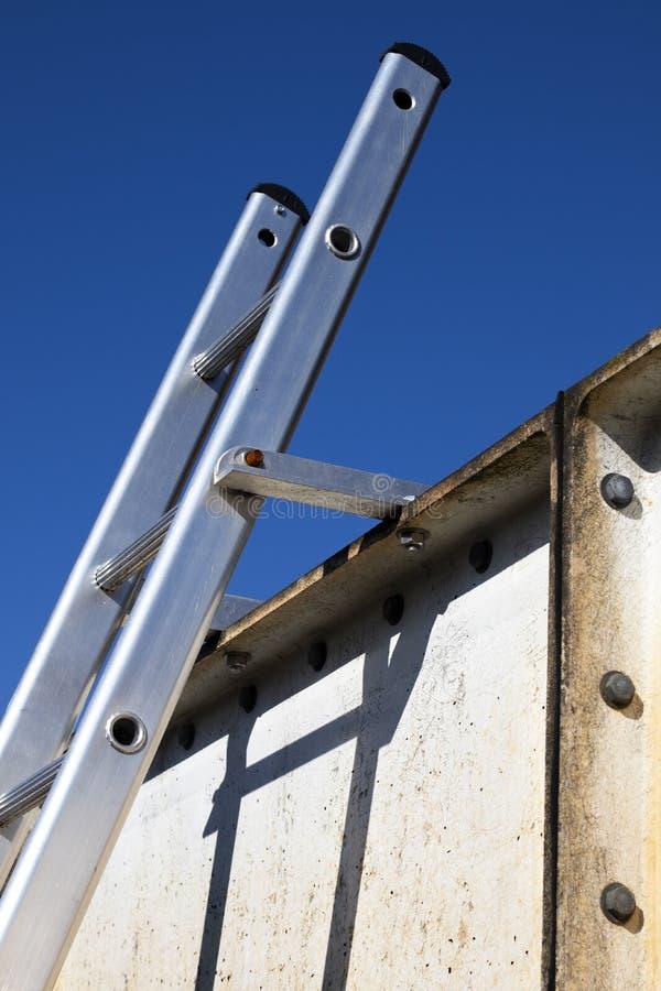 L'échelle en aluminium solidement a attaché en haut image libre de droits