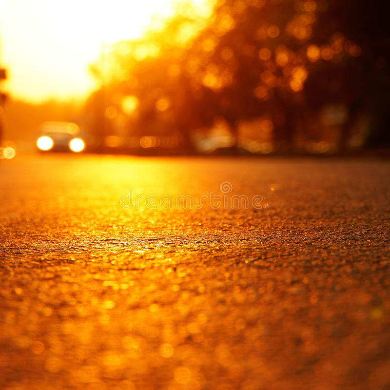 L'éclat du soleil chaud sur l'asphalte chaud photos stock