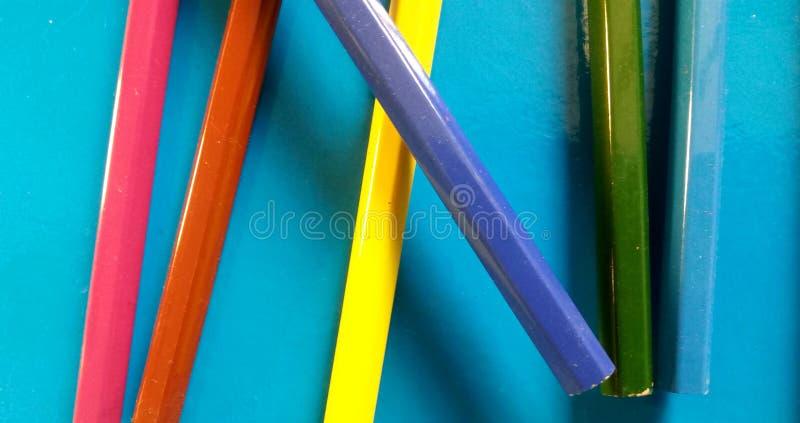 L'école colorée crayonne le toghether mélangé ! photo libre de droits